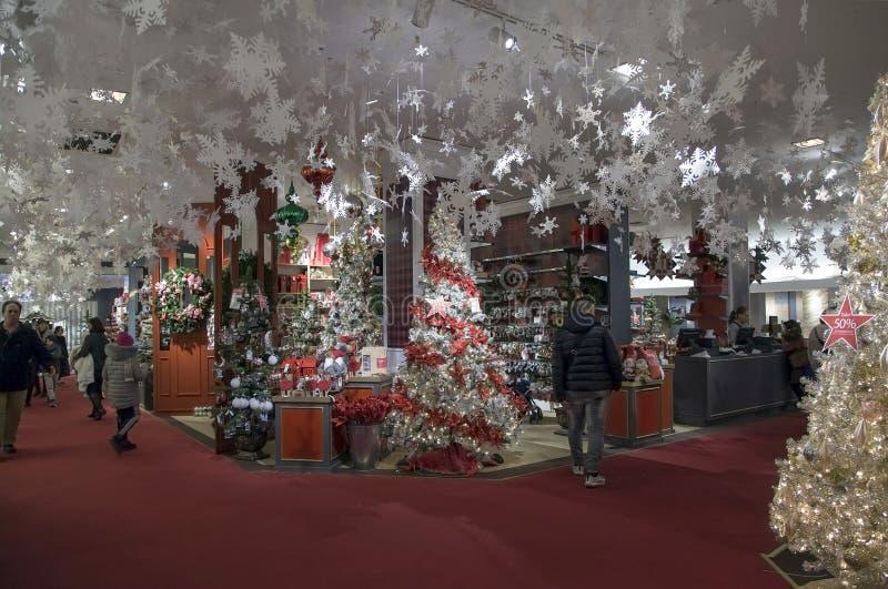 Weihnachtsbaum und Dekorationen für Verkauf innerhalb Macy's in NYC stockbild