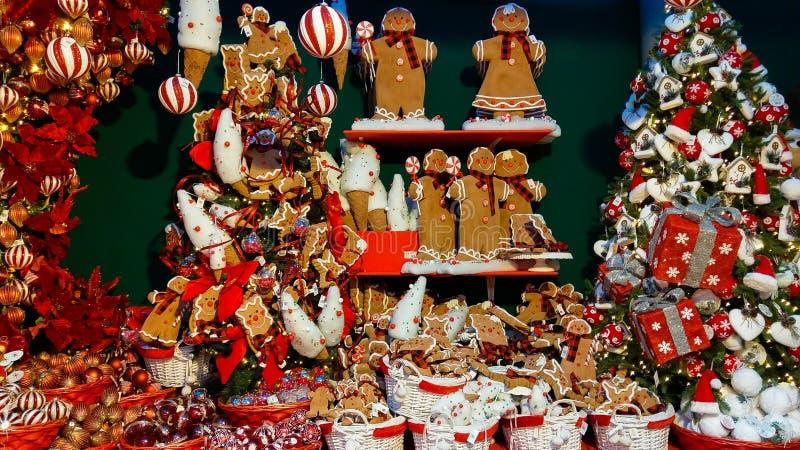 Weihnachtsbaum und Dekorationen am Innenraum des Kaufhauses in Italien lizenzfreies stockbild
