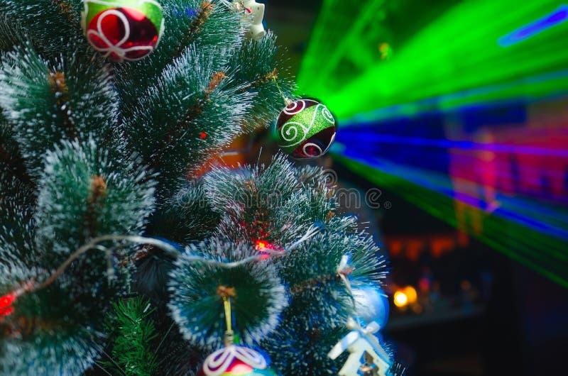 Weihnachtsbaum und Dekorationen und Lichter lizenzfreie stockfotografie