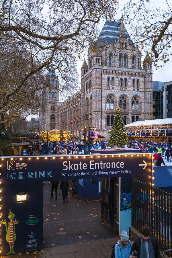 Weihnachtsbaum und Eislaufeisbahn außerhalb des Naturgeschichtliches Museums stockfotos
