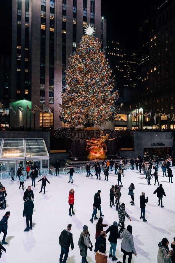 Weihnachtsbaum und Eislaufeisbahn am Rockefeller Center nachts, in Midtown Manhattan, New York City lizenzfreies stockbild