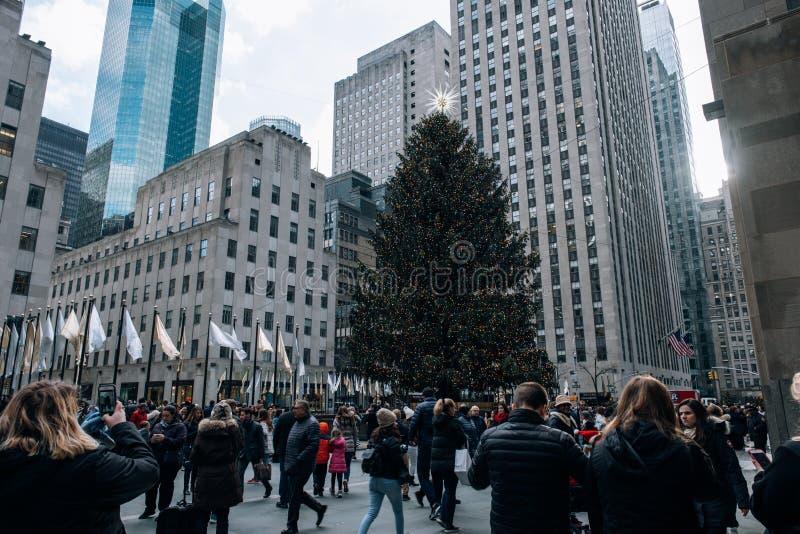 Weihnachtsbaum und Feiertagslicht des Rockefeller Center im Midtown Manhattan lizenzfreie stockbilder