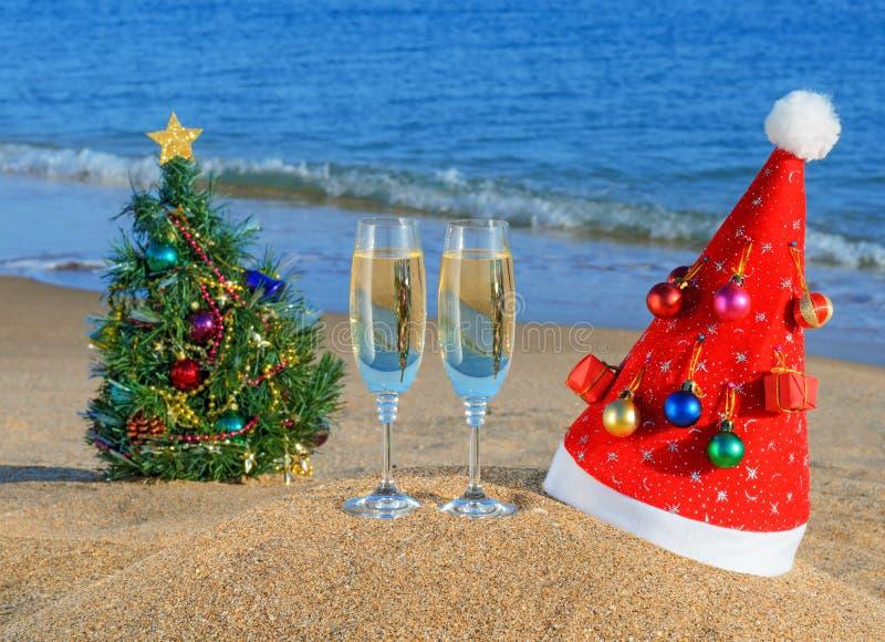 Download Weihnachtsbaum Und Sankt Hut Auf Dem Beac Stockbild - Bild von feiertag, feier: 27730581
