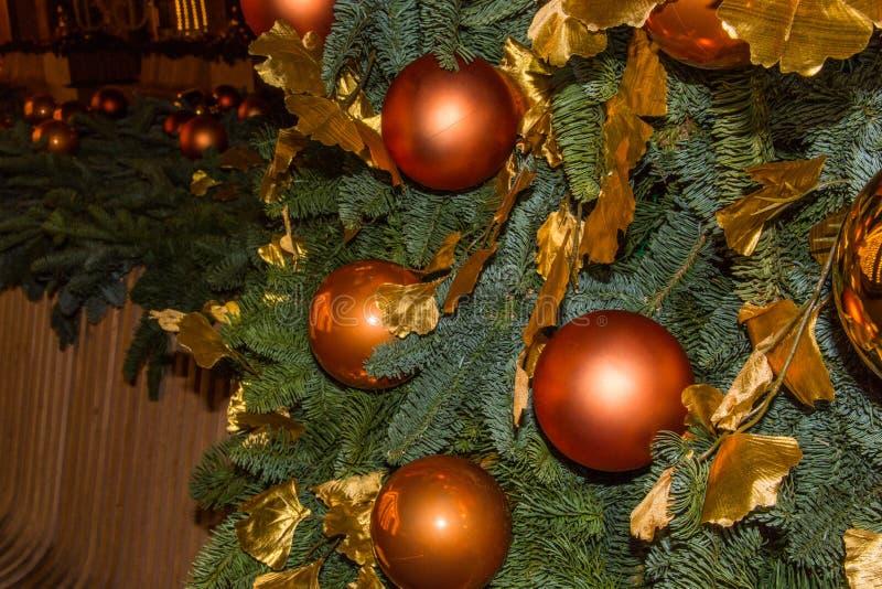 Weihnachtsbaum und Spielwaren in der Straße der Nachtstadt lizenzfreies stockbild