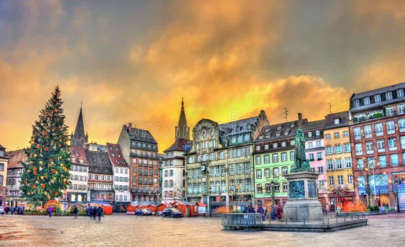 Weihnachtsbaum und Statue von General Kleber in Straßburg, Frankreich lizenzfreies stockfoto