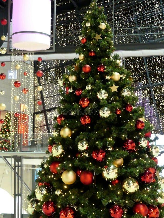 Weihnachtsbaum und Weihnachtsdekoration im deutschen Einkaufszentrum stockfotografie