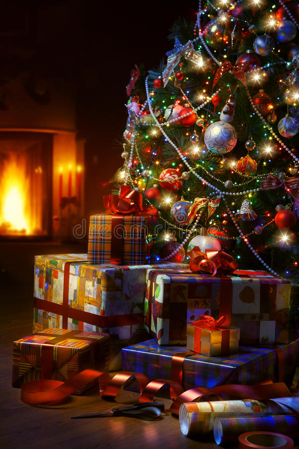 Weihnachtsbaum- und Weihnachtsgeschenkboxen im Innenraum mit einem f lizenzfreie stockbilder