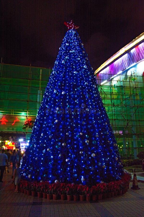 Weihnachtsbaum verziert mit Girlanden und Spielwaren in den Tropen, die Glättungssanya-Stadt im neuen Jahr lizenzfreies stockbild