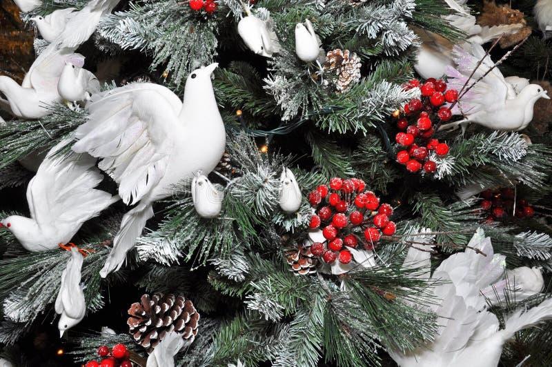 Weihnachtsbaum verziert mit Schnee u. weißen Tauben lizenzfreie stockfotos