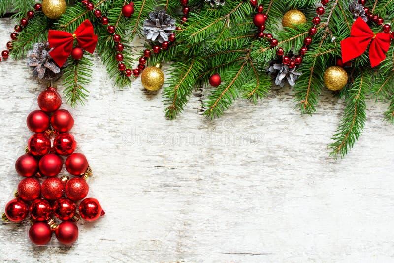Weihnachtsbaum von den roten Bällen und von den Tannenbaumasten mit Dekorationen stockbilder