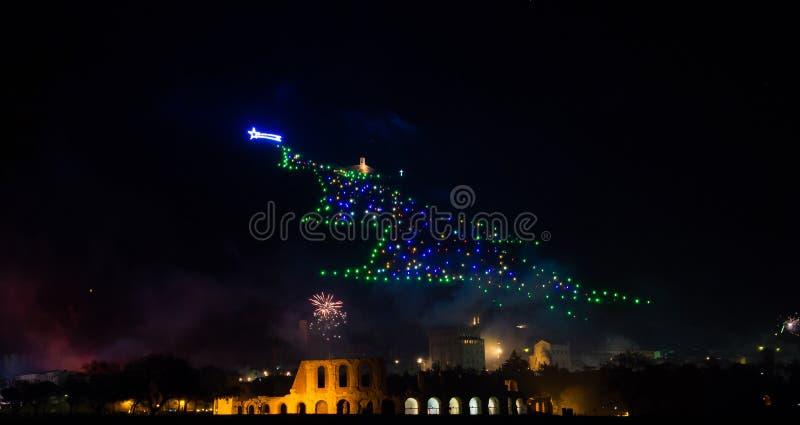 Weihnachtsbaum von Gubbio mit Feuerwerken an neues Jahr ` s Vorabend lizenzfreie stockfotografie
