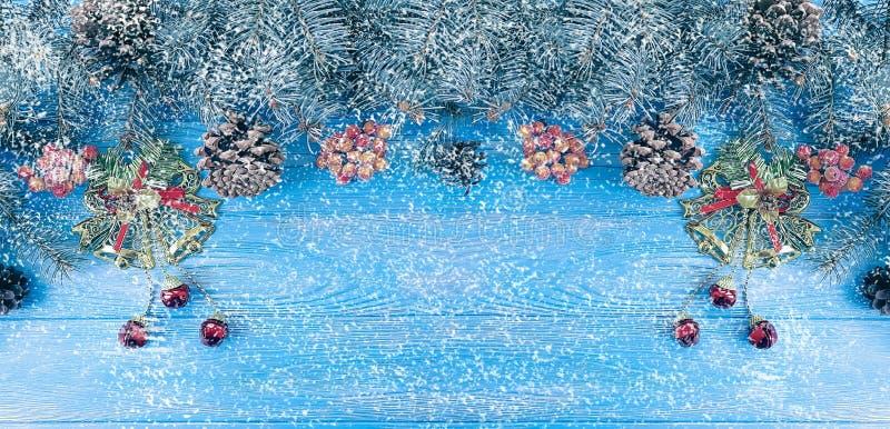 Weihnachtsbaumast auf einem blauen hölzernen Hintergrund, Schneedekoration lizenzfreie stockfotografie