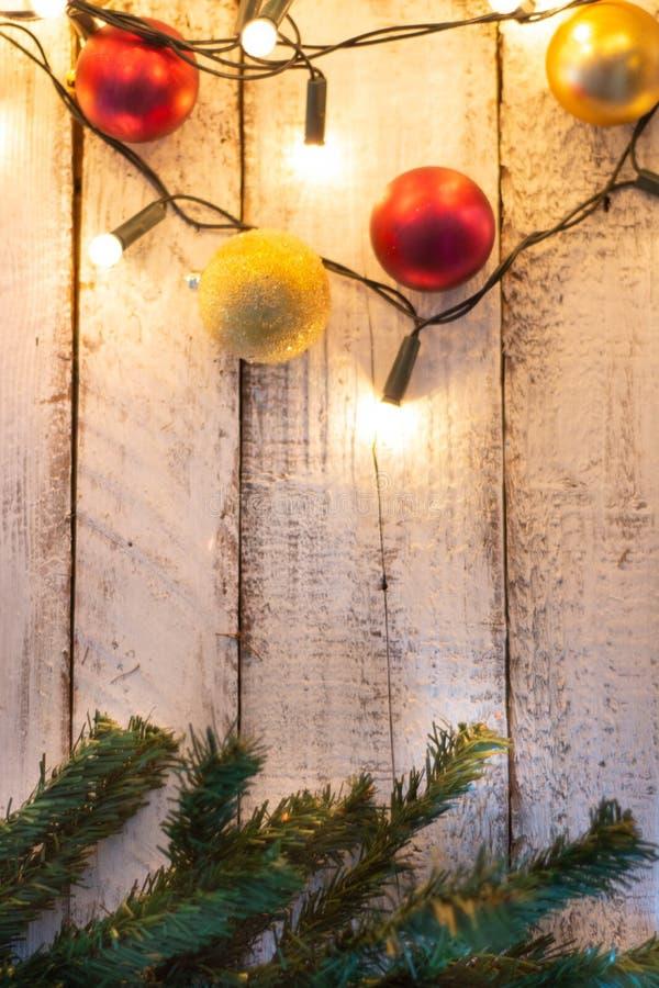 Weihnachtsbaumast, -lichter und -flitter auf weißem Holztisch mit Kopienraum stockfoto
