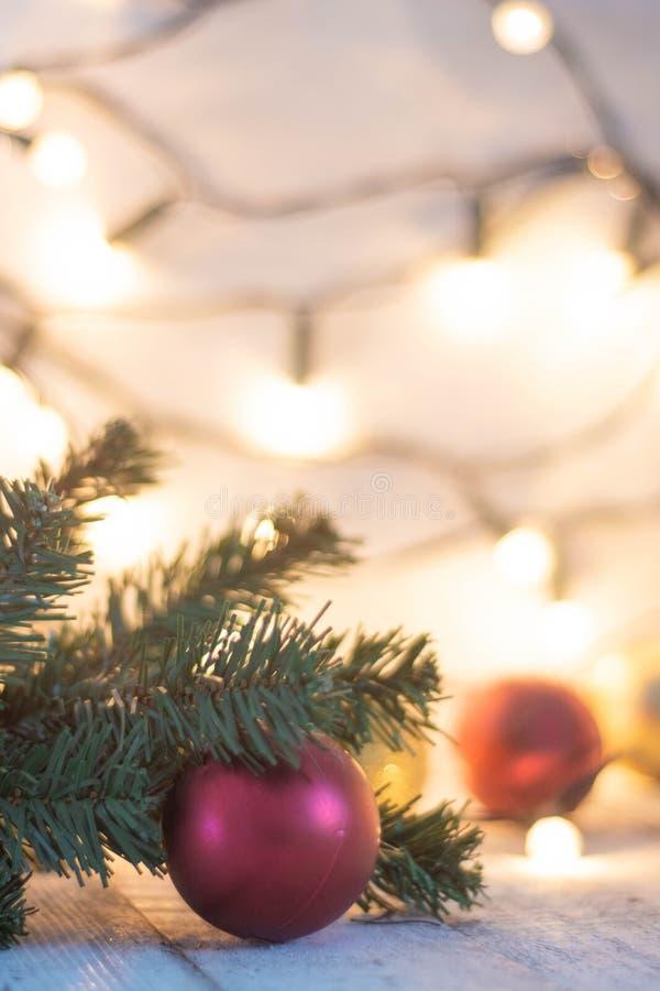 Weihnachtsbaumast, -lichter und -flitter auf weißem Holztisch mit Kopienraum stockfotografie