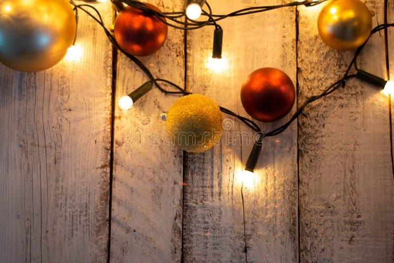 Weihnachtsbaumast, -lichter und -flitter auf weißem Holztisch mit Kopienraum stockbild