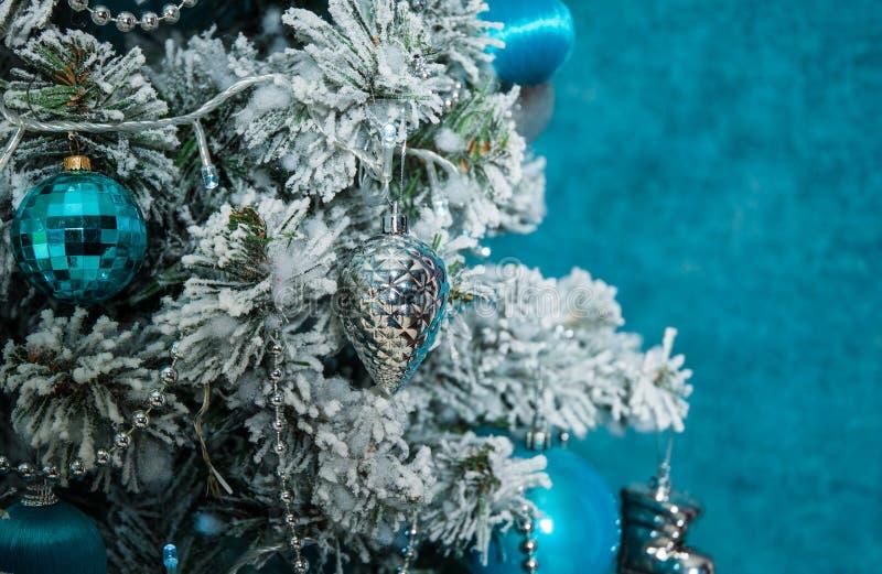Weihnachtsbaumdekoration auf blauem Hintergrund stockfoto