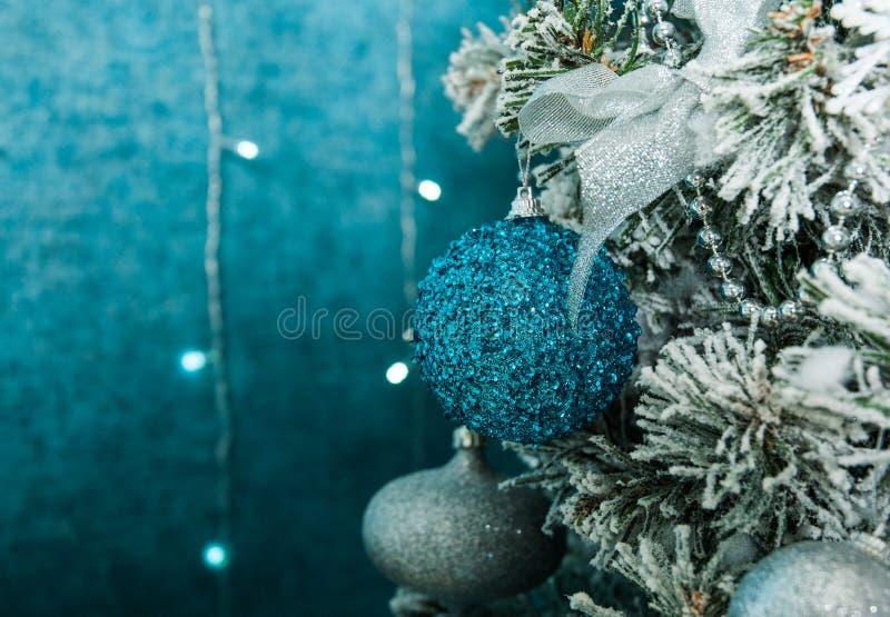 Weihnachtsbaumdekoration auf blauem Hintergrund lizenzfreie stockfotos