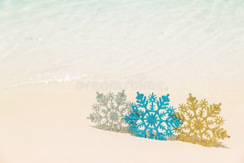 Weihnachtsbaumdekoration auf dem Sand des Meeres - Winterurlaub in den Tropen, Weihnachtsfest-Konzept lizenzfreie stockfotografie