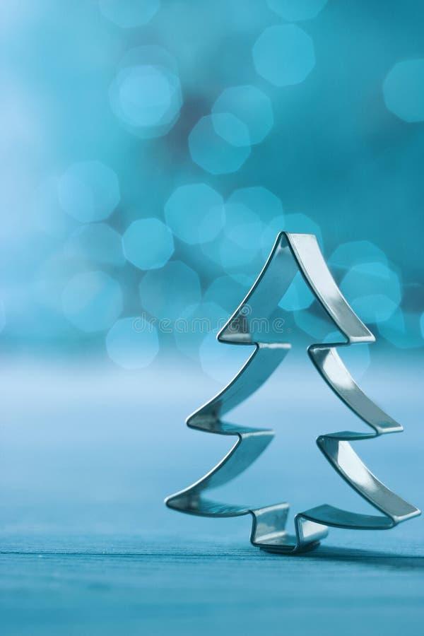 Weihnachtsbaumdekoration auf einem kühlen Winterblau stockbild