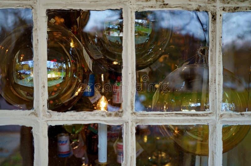Weihnachtsbaumdekoration durch Fenster lizenzfreies stockbild
