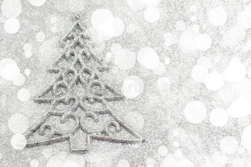 Weihnachtsbaumdekoration mit bokeh Silberhintergrund stock abbildung