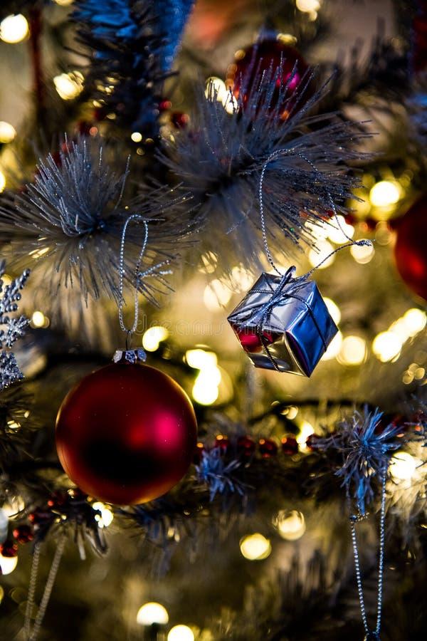 Weihnachtsbaumdekorationen schließen oben stockfoto