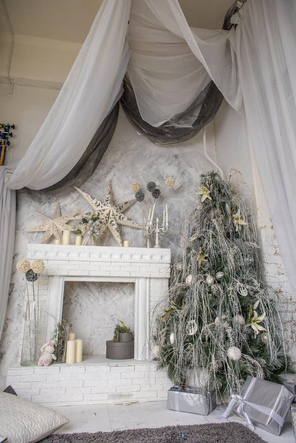 Weihnachtsbaumdekorationen und ein Kamin stockfotografie