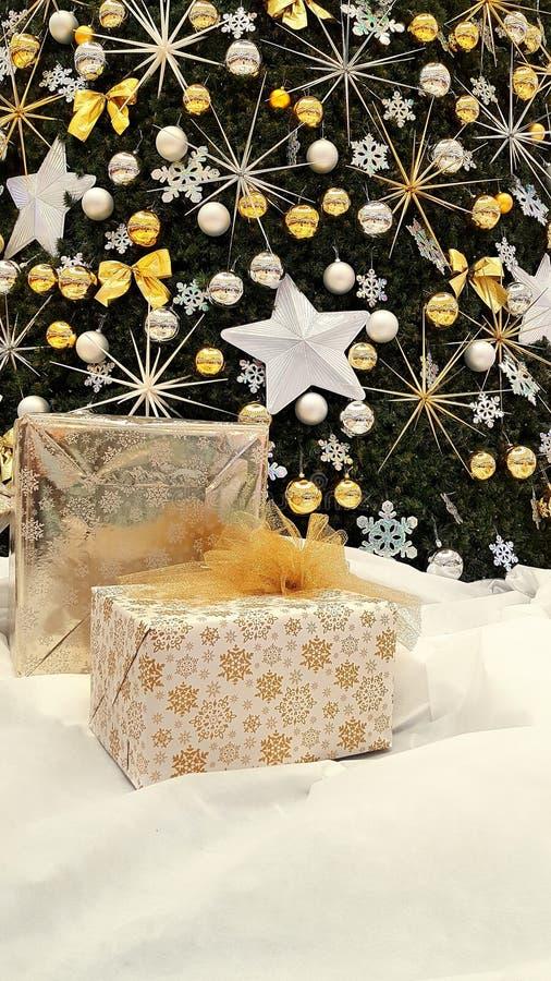 Weihnachtsbaumdekorationen und -geschenke lizenzfreie stockbilder
