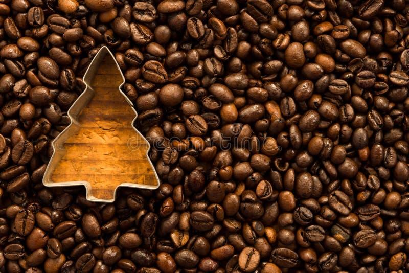 Weihnachtsbaumform in den Kaffeebohnen lizenzfreie stockfotografie