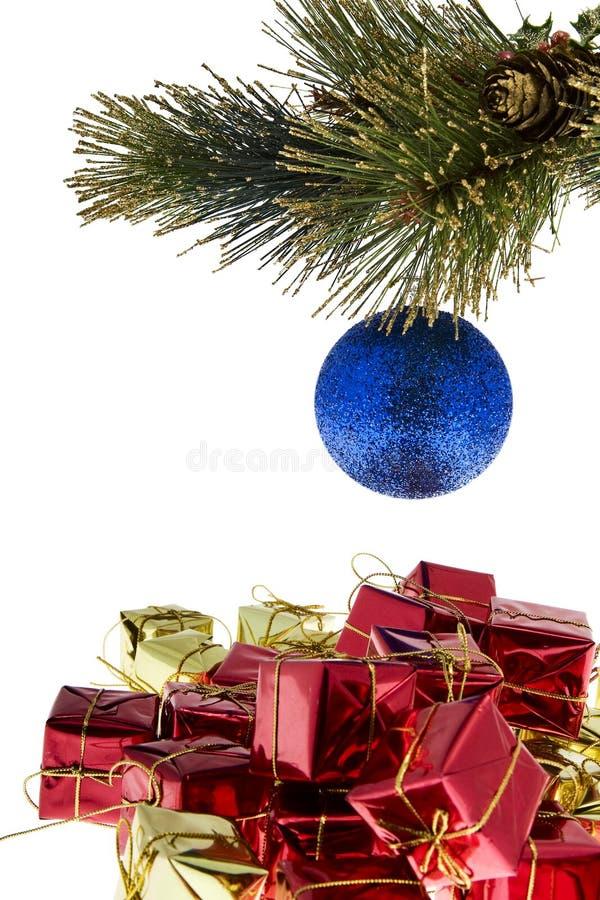 Weihnachtsbaumkugel mit Geschenken stockfoto