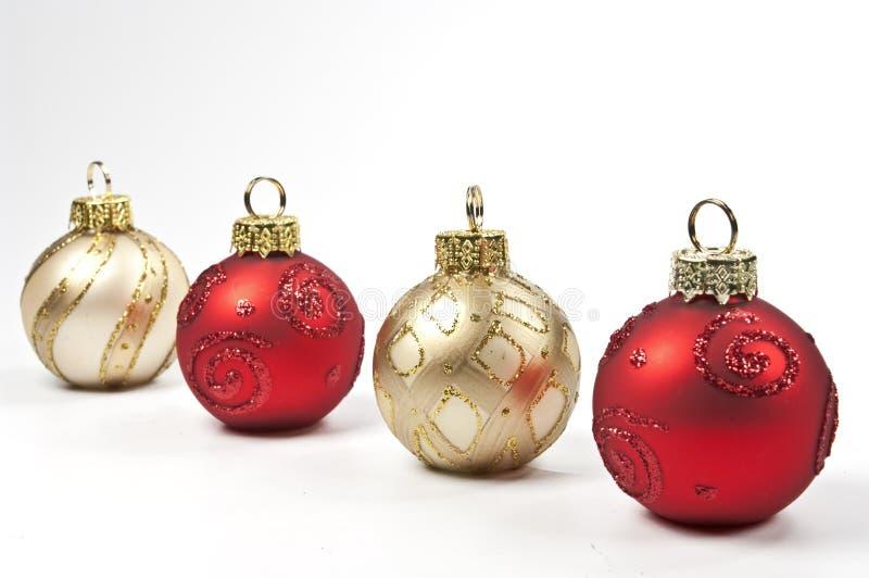Weihnachtsbaumkugeln in einer Reihe lizenzfreies stockbild
