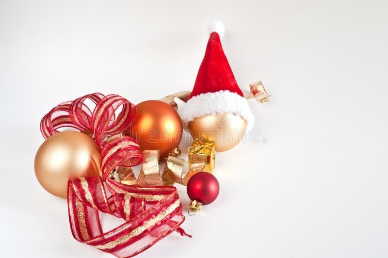 Weihnachtsbaumkugeln und Sankt-Hut stockfoto