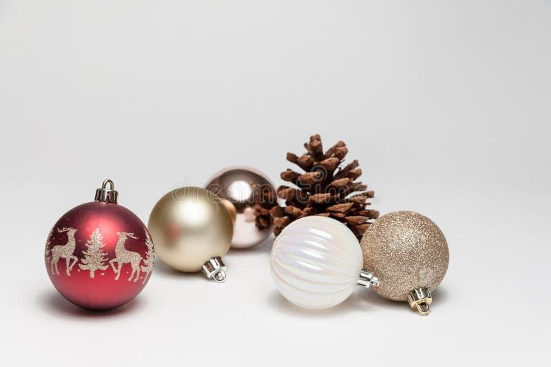 Weihnachtsbaumschmucke auf einem weißen Hintergrund lizenzfreies stockfoto