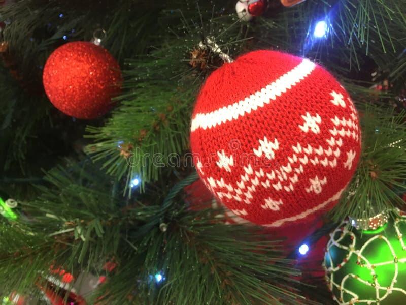 Weihnachtsbaumschmucke, die an einem Baum hängen lizenzfreies stockfoto