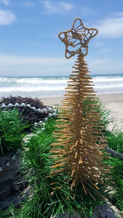 Weihnachtsbaumschmucke und Dekorationen am Strand lizenzfreies stockbild