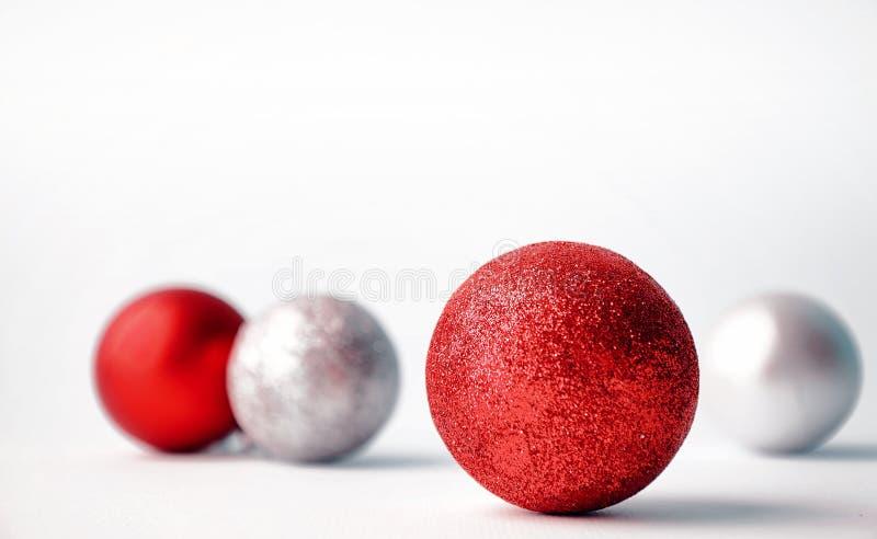 Weihnachtsbaumspielwaren auf einem weißen Hintergrund Ökologische, hölzerne Weihnachtsdekorationen lizenzfreie stockfotografie