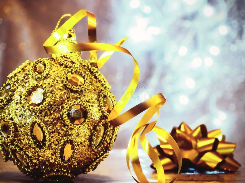 Weihnachtsbaumspielwaren mit unscharfem, funkelndem und feenhaftem Hintergrund lizenzfreie stockbilder