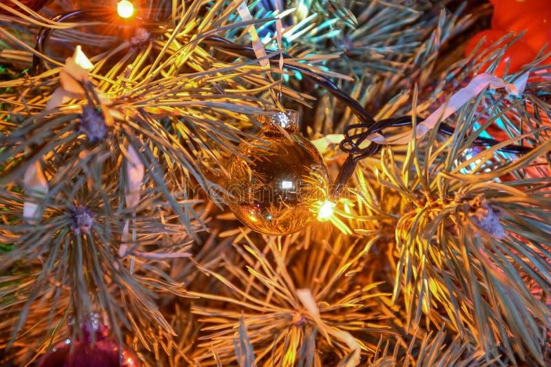 Weihnachtsbaumspielzeug auf einem Niederlassungsabschluß oben lizenzfreies stockbild