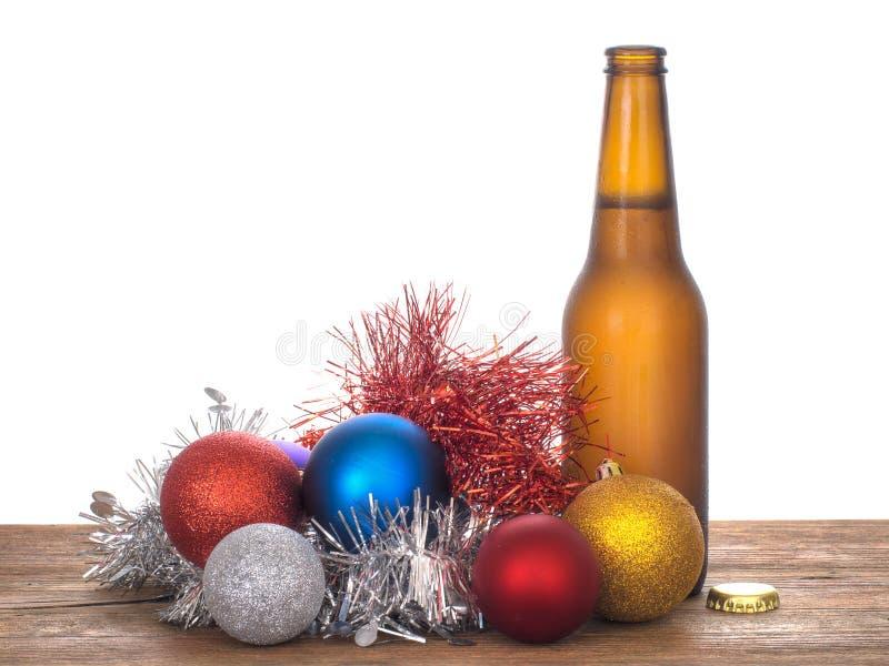 Weihnachtsbeifall - Bier und Flitter, weißer Hintergrund lizenzfreies stockbild