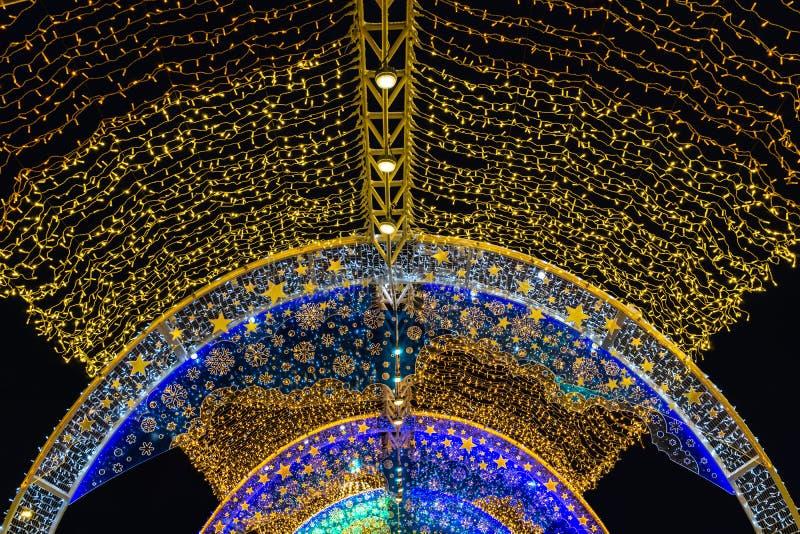 Weihnachtsbeleuchtung nachts stockbilder
