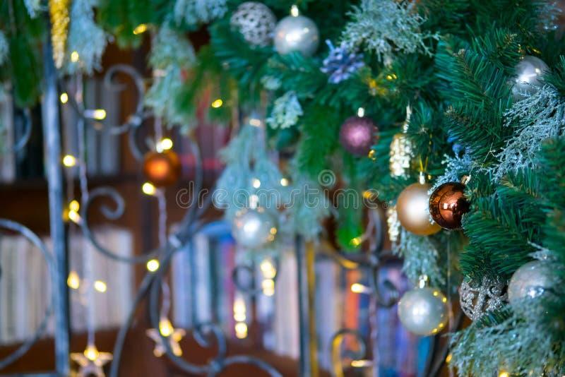 Weihnachtsbibliothek mit Weihnachtsbaum und Lichthintergrund für die Werbung stockfotografie