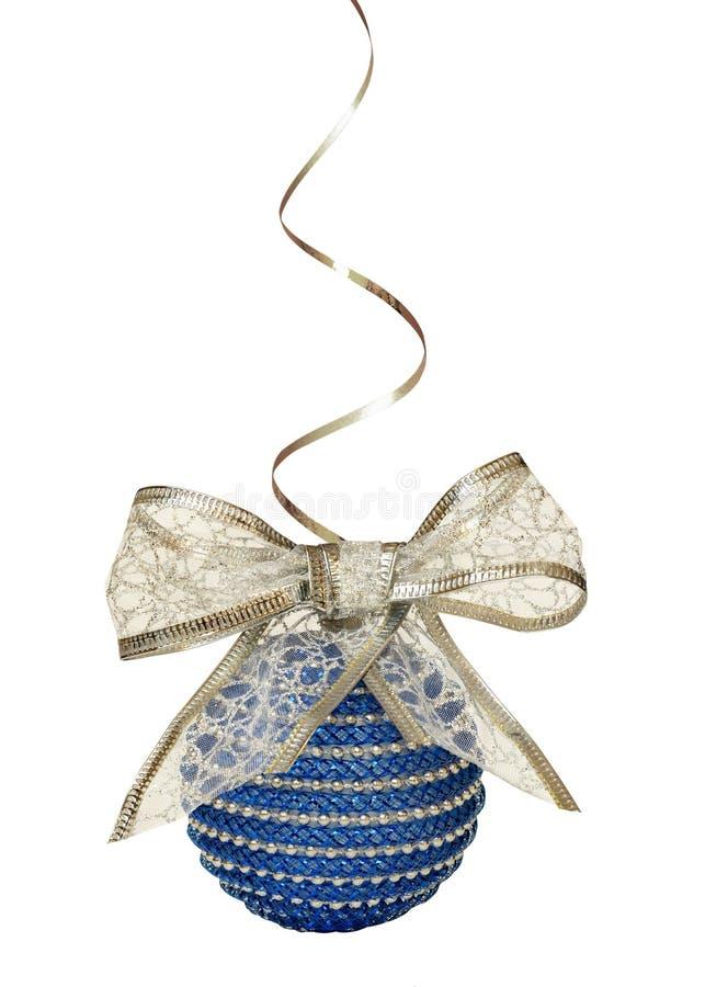 Weihnachtsblauer Ball und Silberbandbogen stockbild
