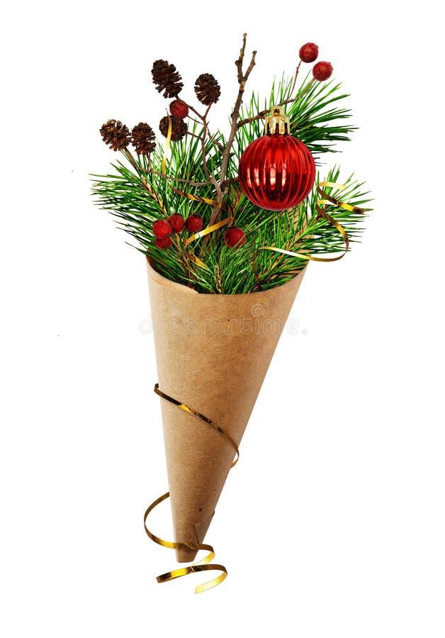 Weihnachtsblumenstrauß mit Kiefernzweigen, Kegeln, Beeren und rotem Ball I lizenzfreies stockfoto