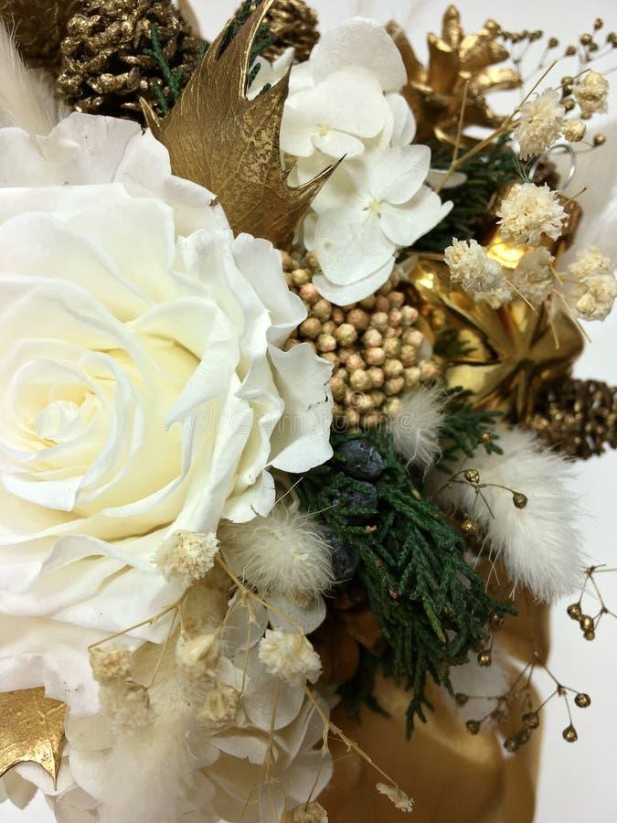 Weihnachtsblumenzusammensetzung Gold und Weiß Weihnachtsstar Weißes, haltbar gemachte Rose und Hydrangea Goldkiefer lizenzfreies stockbild