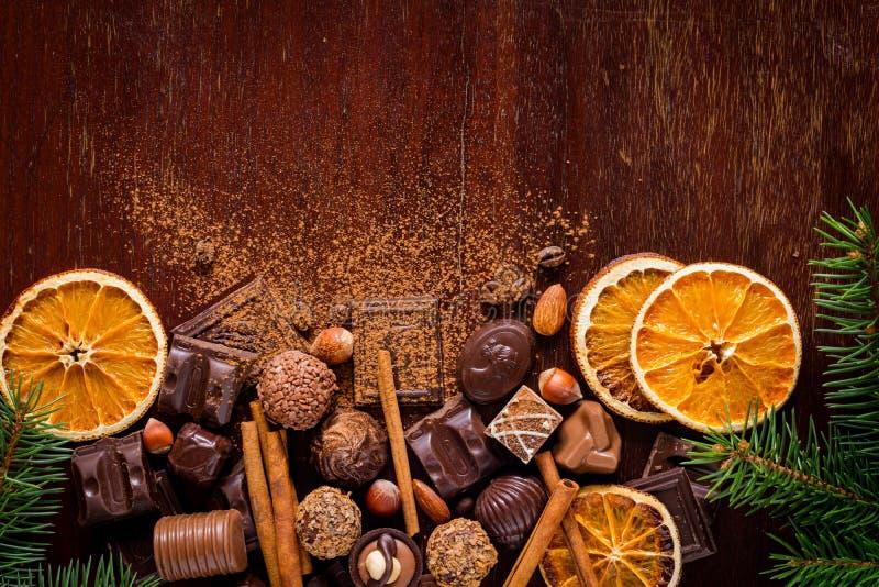 Weihnachtsbonbons: Schokoladen, Pralinen, trockneten orange Ringe, Gewürze und Nüsse lizenzfreie stockfotos