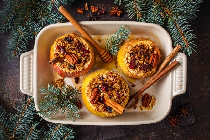 Weihnachtsbratäpfel mit Granola, Moosbeeren stockfoto