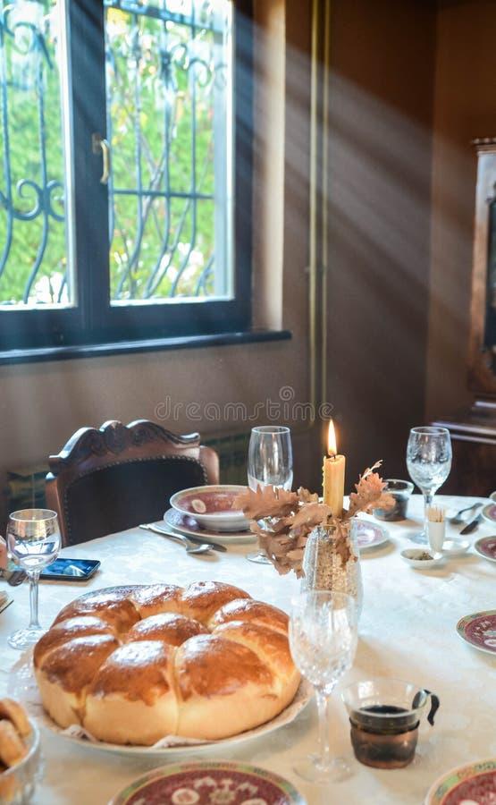 Weihnachtsbrot, -kerze, -baum und -gläser für Wein Orthodoxes Weihnachten lizenzfreies stockfoto