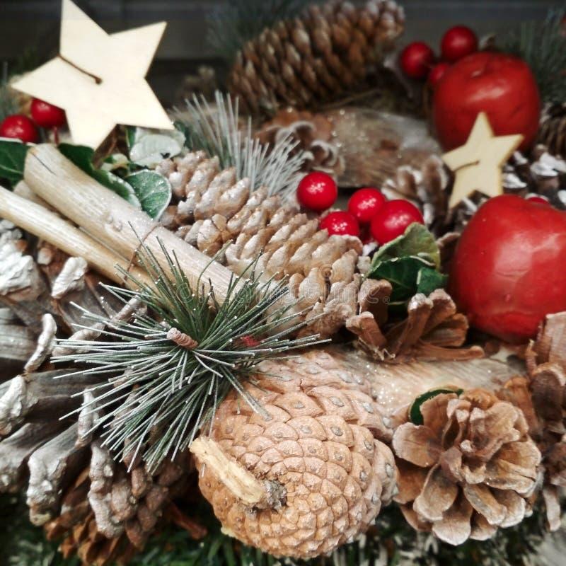Weihnachtsbuntes Dekorations-Nahaufnahmebild Baumkiefernkegel, -äpfel, -stern und -Zimtstangen in den Fichtenzweigen lizenzfreies stockbild