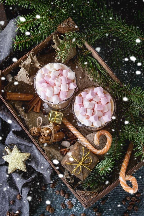 Weihnachtscafé Latte mit Eibisch lizenzfreie stockfotos