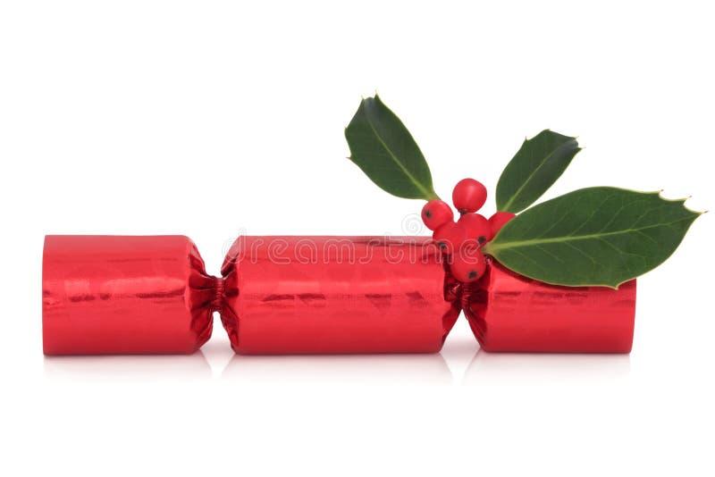 Weihnachtscracker und -stechpalme stockbild